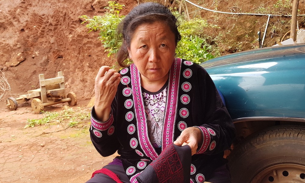 wife of Sowmee Mo knitting